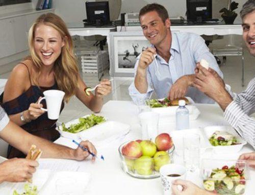 Le plat à partager au bureau : et si une meilleure collaboration naissait au creux de l'assiette ?